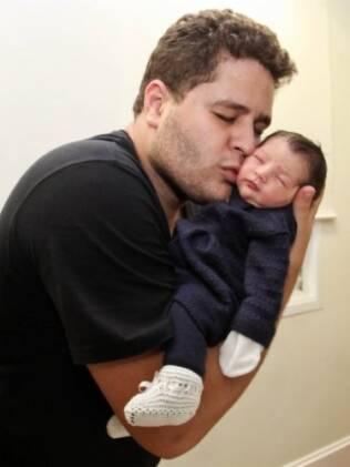 O carinho do paizão com a pequena, primeira neta do cantor Leonardo