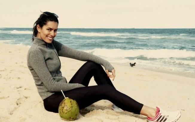 Brenda relaxa na praia de Ipanema