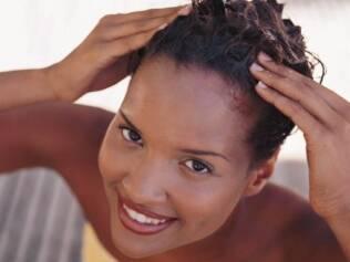 Esfoliar o couro cabeludo elimina resíduos