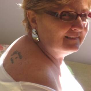 Maria Righetto, esposa de Aurélio, mostra a tatuagem que fez depois de visitar um estúdio com a filha
