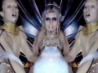 Lady Gaga entre duas imagens de Raquel Zimmermann no clipe