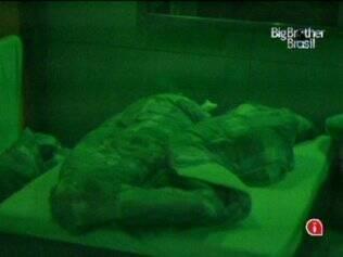 Ao lado de Maria, Maurício é o último a se deitar na casa