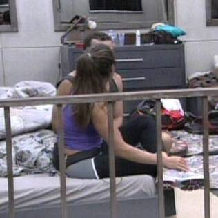 Maria e Daniel conversam no quarto