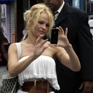 Pamela Anderson tira fotos na comunidade de Heliópolis, em SP