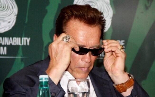 Arnold Schwarzenegger: óculos escuros e anel de caveira