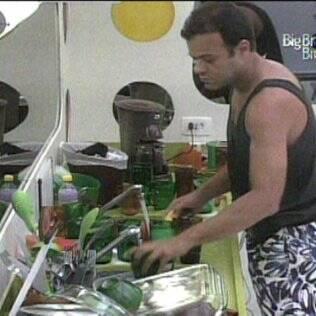 Daniel lava a louça do Lado A
