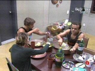 Confinados almoçam tarde na Xepa
