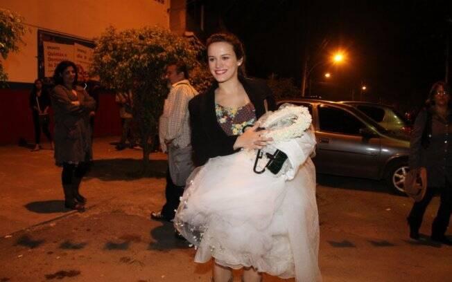 Bianca Bin chegou com o vestido de noiva nas mãos