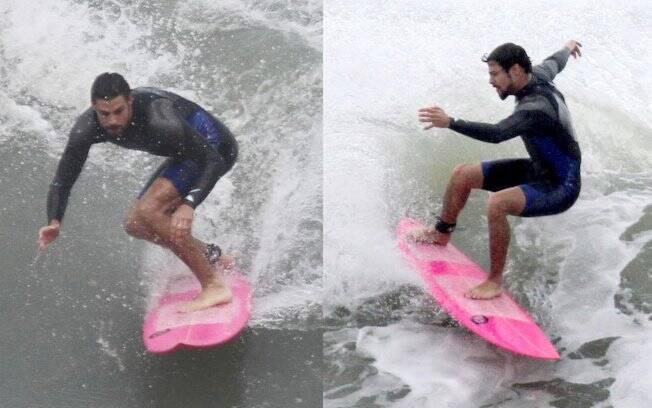 Totalmente recuperado da cirurgia, Cauã Reymond surfa no mar do Rio