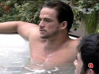 Rodrigo está bravo com Talula, mas não diz o motivo