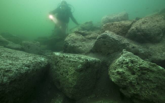 Mergulhador investiga ruínas do palácio no fundo do mar do porto de Alexandria. Foto: © AP