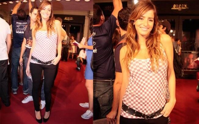 A atriz e apresentadora Erika Mader preferiu skinny preta, t-shirt e salto: visual certo para noite de cinema