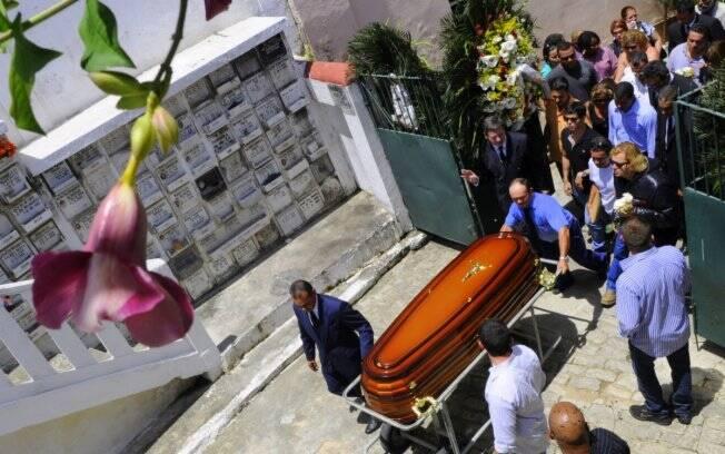 O cortejo com o corpo de Lily Marinho no cemitério São João Batista nesta quinta-feira