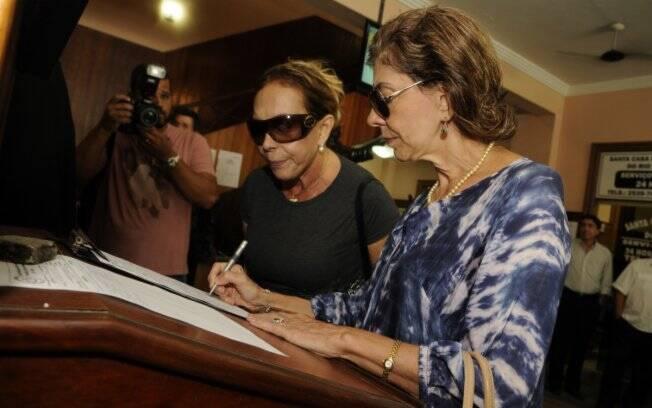 Marília Pêra e Arlete Salles assinaram a lista de presença no velório de dona Lily Marinho
