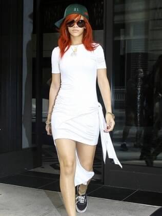 Rihanna deixa  seu hotel em Manhattan para visitar a mãe e a avó