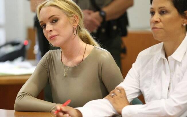 Lindsay Lohan ouve ao juiz ao lado da advogada, Shawn Holley
