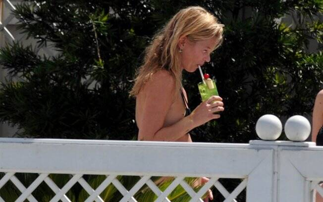 Kate Moss toma uma caipirinha na piscina privativa do Copacabana Palace