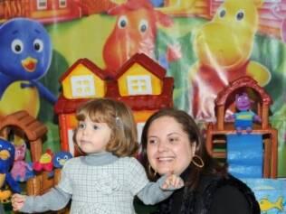 Maria Fernanda no aniversário: ela chama seu personagem favorito, o pinguim azul dos Backyardigans, de