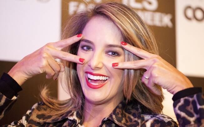 Ticiane Pinheiro exibe as unhas vermelhas. Ela troca a cor até três vezes por semana