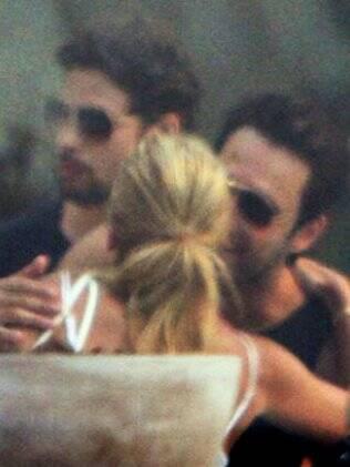 Kate Moss cumprimenta Rodrigo Santoro e Cauã Reymond