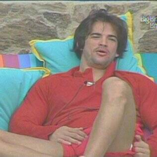 Rodrigo relaxa enquanto conversa na varanda