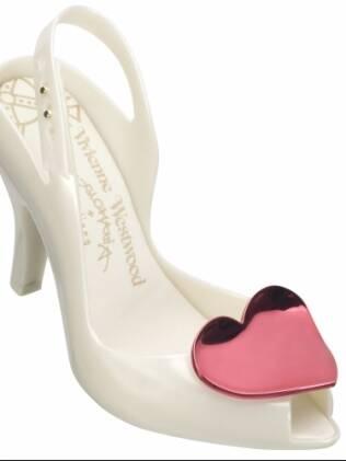 Coração rosa no detalhe do chanel peep toe de Vivienne Westwood para Melissa