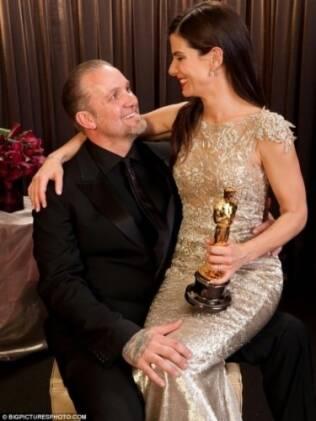 A atriz comemorou o prêmio ao lado do marido, Jesse James. Mas, dias depois, o casal anunciou a separação após descoberta de traição por parte do marido de Sandra Bullock