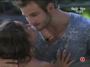 Wesley até tenta, mas não consegue beijar Maria