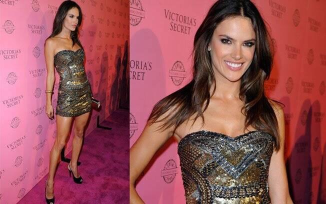 Alessandra Ambrosio escolheu um minivestido do estilista Carlos Miele para a festa de lançamento da nova coleção da Victoria's Secret