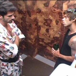 Rodrigão e Maurício conversam sobre Lucival na despensa do Lado B