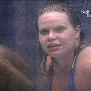 Paulinha toma banho bem quentinho