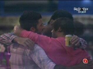 Brothers se abraçam durante festa Pink