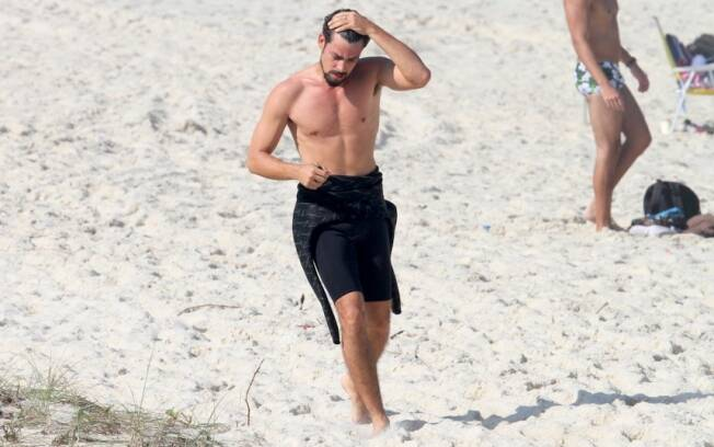 Cauã Reymond corre na praia antes de surfar