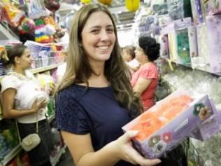 Mariana Silveira escolhe forminhas de doce em loja na 25 de Março: compras separadas garantiram economia de 40%
