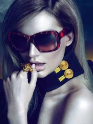 Candice Swanepoel para a nova campanha da Versace Eyewear