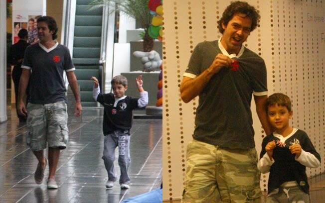 Bruno Mazzeo passeia com o filho por shopping do Rio de Janeiro