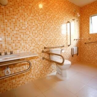 Banheiro adaptado na Vila Dignidade, em Avaré (SP)