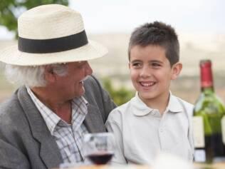 Curiosidade da criança sobre a bebida é natural
