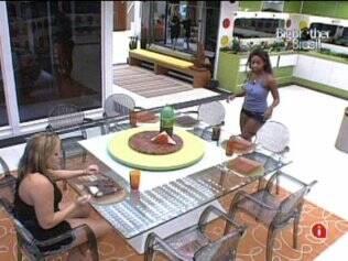 Paulinha prefere almoçar sozinha