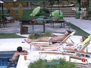 Os quatro finalistas do BBB11 se divertem na piscina
