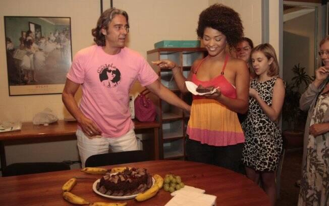 Juliana Alves cumprimenta o amigo nos bastidores de Ti-ti-ti