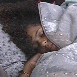 Janaina dorme no quarto do Lado B