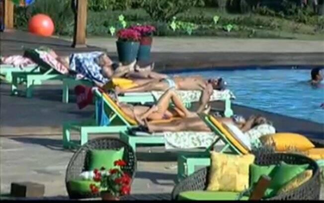 Peões conversam na beira da piscina