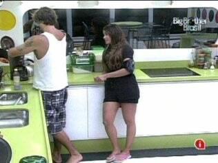 Maria conversa com Maurício na cozinha da Casa Luxo