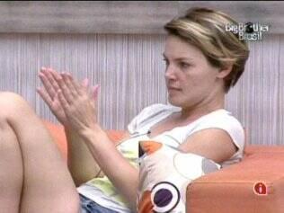 Diana conversa na sala da Casa Luxo