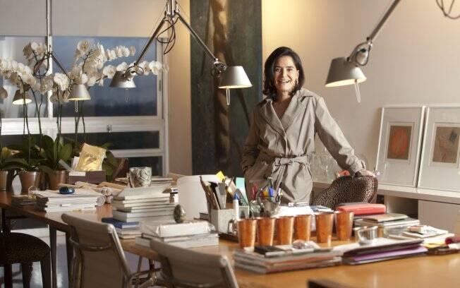 A consultora de moda Gloria Kalil em seu apartamento em São Paulo
