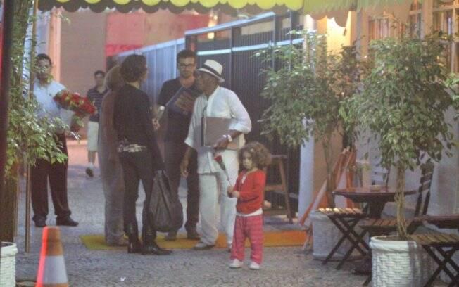 Família Pitanga se reúne na frente do restaurante