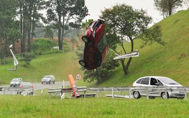 Carro de Marcela voa após Luisa forçá-lo contra a grade de proteção