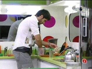 Rodrigão preparou seu sanduíche, mas só comeu depois de arrumar a cozinha