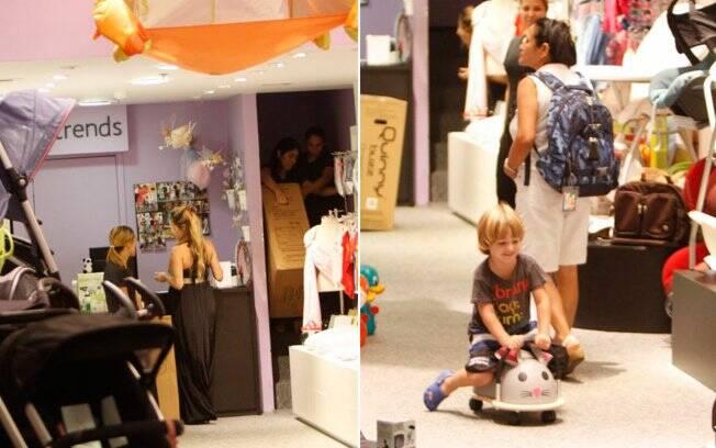 Enquanto Danielle fazia compras, o filho Noah brincava pela loja na companhia da babá